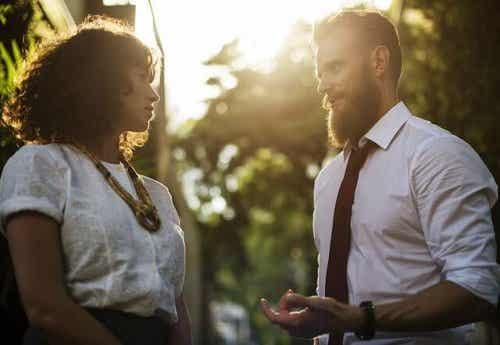 Een man en een vrouw zijn in gesprek