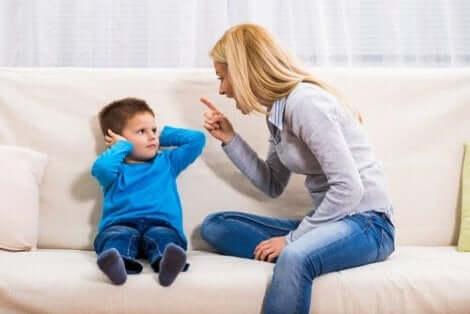 Een kind krijgt een standje van zijn moeder
