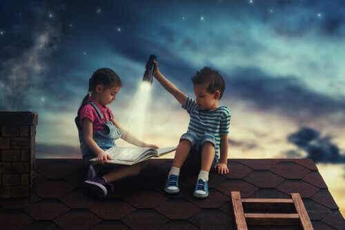 Een jongen en een meisje lezen een boek