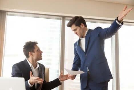 Een meningsverschil tussen twee mannen op kantoor