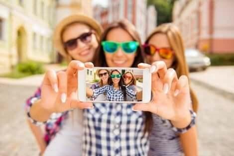Drie vriendinnen laten op een telefoon een selfie zien