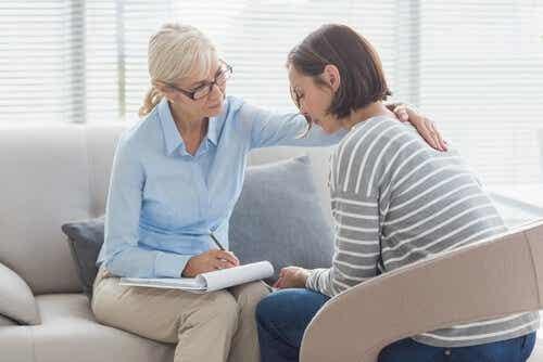 Een vrouw wordt getroost door een therapeut