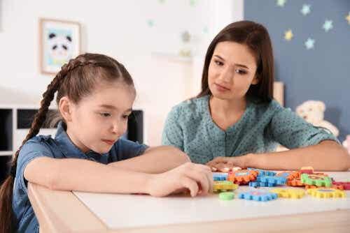 Een meisje met haar lerares in een klaslokaal