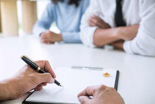 Een persoon zet zijn of haar handtekening