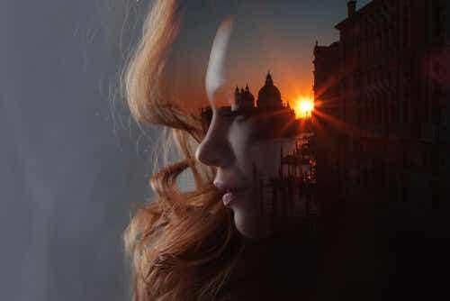 Een double exposure van het gezicht van een vrouw en een paleis in zonsondergang