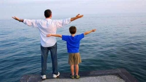Een vader met een zoon spreiden allebei hun armen