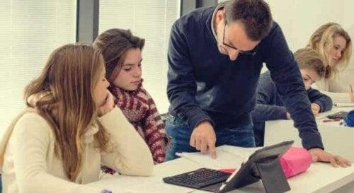 Een leraar aan het evalueren met een groep leerlingen