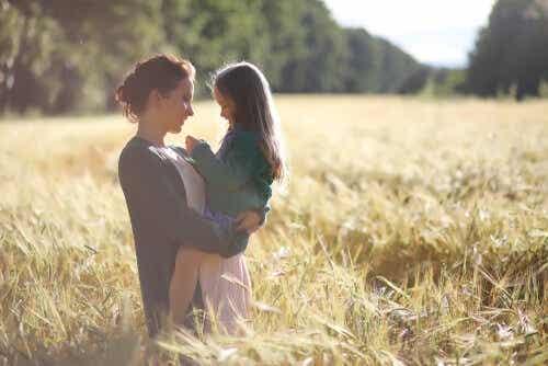 Een moeder houdt haar dochter in haar armen in een graanveld