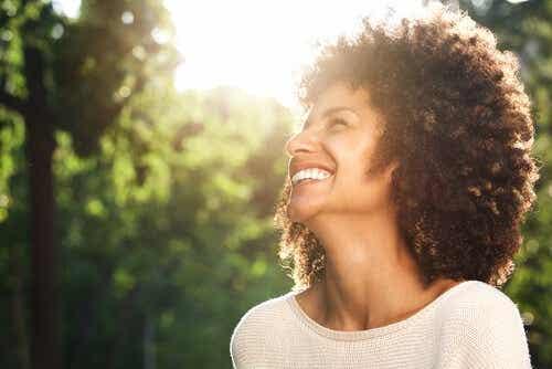 Een lachende vrouw kijkt omhoog