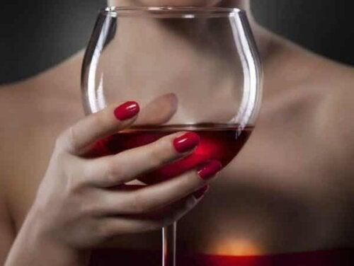 Een vrouw houdt een glas wijn in haar hand