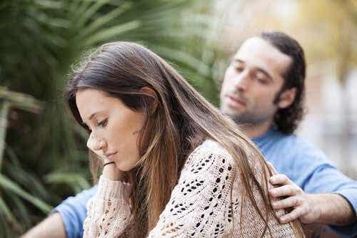 Een man legt zijn hand op de rug van een vrouw