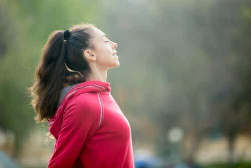 Een vrouw haalt diep adem