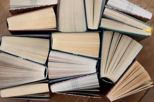 Een stapel boeken die schots en scheef op elkaar liggen