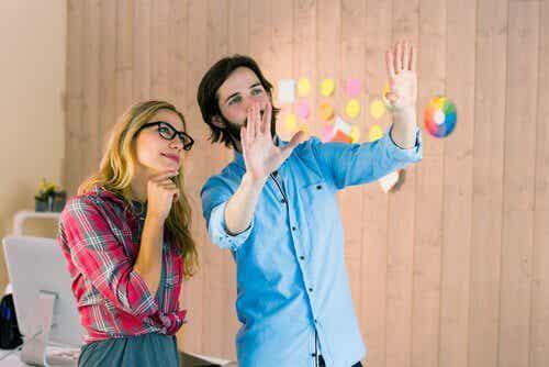 Een man en een vrouw maken plannen voor een nieuwe inrichting
