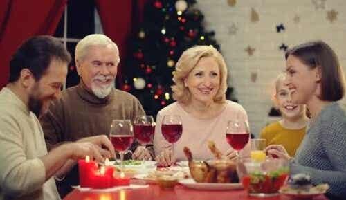 Een familie zit aan het kerstdiner
