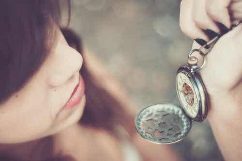 Een vrouw kijkt op haar horloge