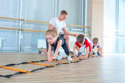 Kinderen krijgen gymles op school