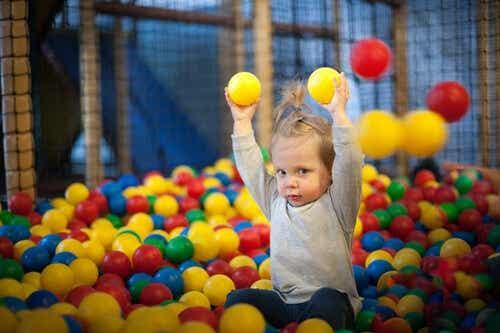 Een kind speelt in de ballenbak