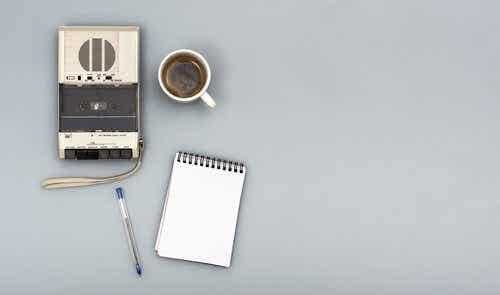 Een bandrecorder, een kop koffie en een kladblok