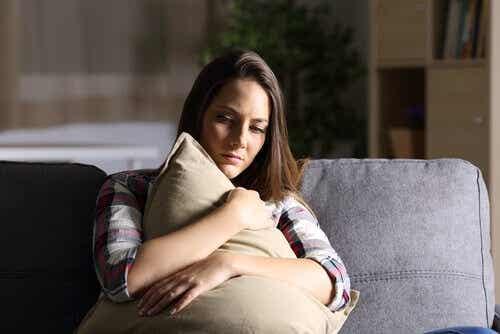 Een vrouw knuffelt met een kussen