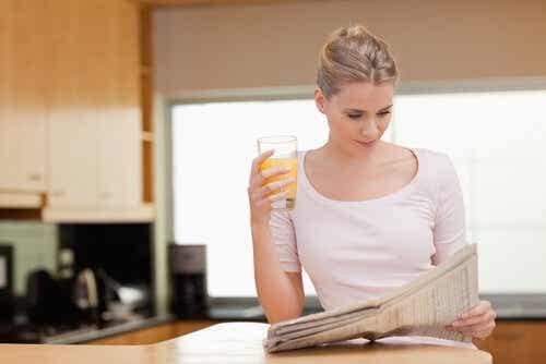 Een vrouw leest de krant