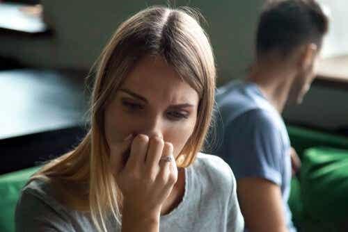 Een vrouw houdt haar hand tegen haar mond