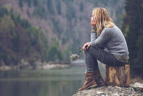 Vrouw denkt na over haar problemen
