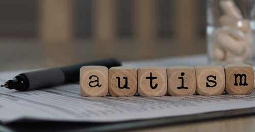 """Blokjes die """"autism"""" uitspellen"""