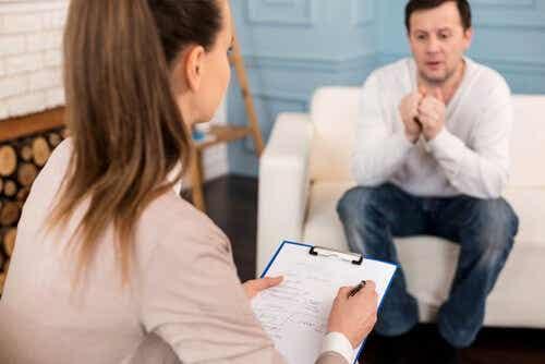 Een man zit op de bank bij een therapeut