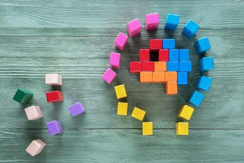 Een hoofd gemaakt van gekleurde blokken