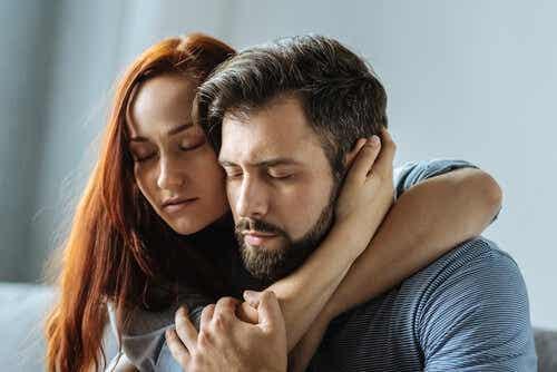 Een man en vrouw in een omhelzing