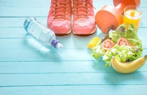 Voedsel, schoenen, water, gewichten, op een lichtblauwe ondergrond