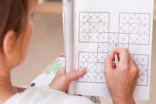 Een vrouw doet een Sudoku