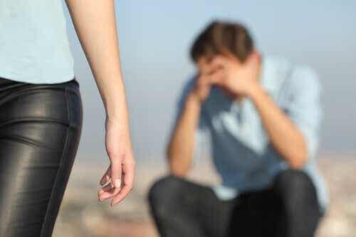 Een verdrietige man als een vrouw wegloopt
