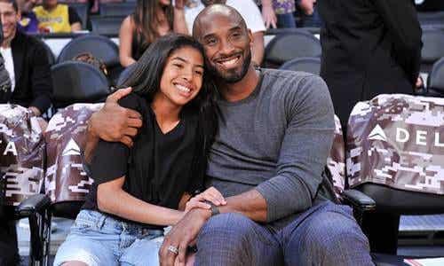 Kobe Bryant omhelst zijn dochter