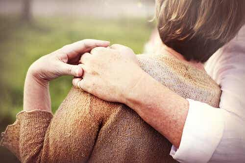 Twee mensen knuffelen