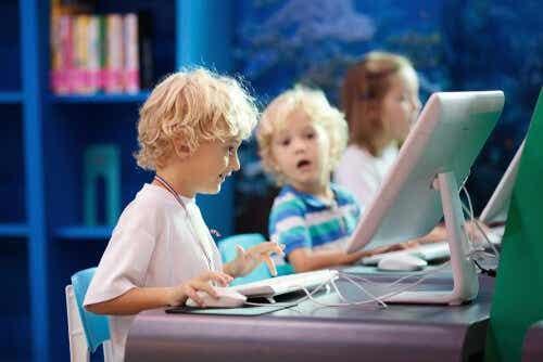Technologische en niet-technologische hulpmiddelen maken deel uit van dit soort onderwijs