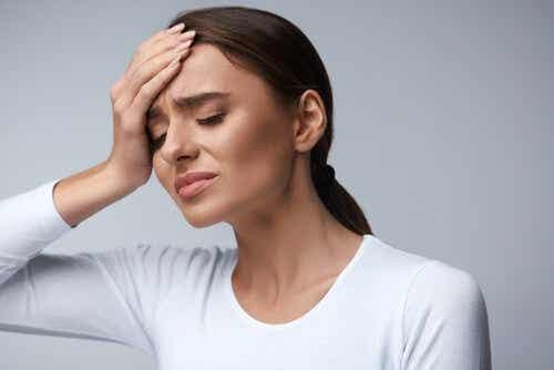 Een vrouw met hoofdpijn