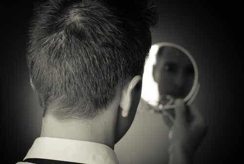 In de spiegel zien mensen vaak alleen hun imperfecties