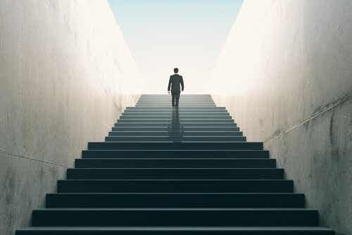 Iemand die een lange, brede trap opgaat