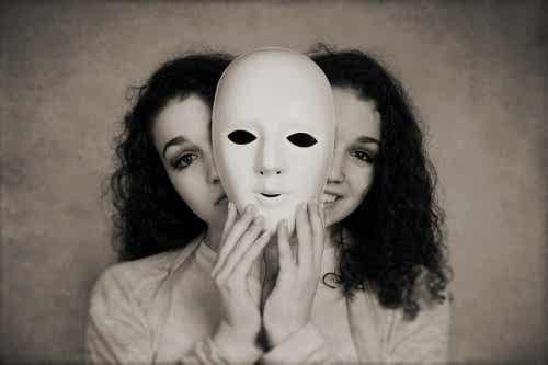 Een vrouw met twee gezichten schuilen achter een masker