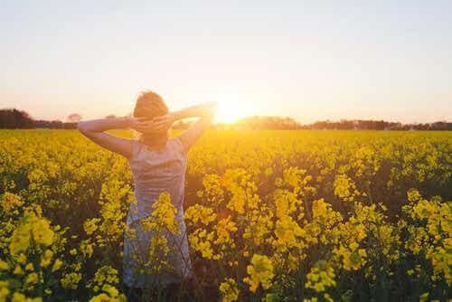Een vrouw in een veld met bloemen