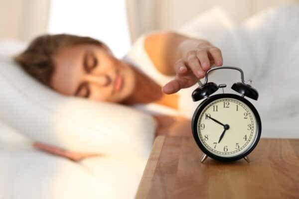 Een uur eerder wakker worden kan depressies helpen bestrijden